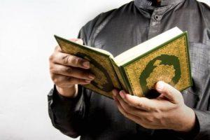 pria membaca al-quran